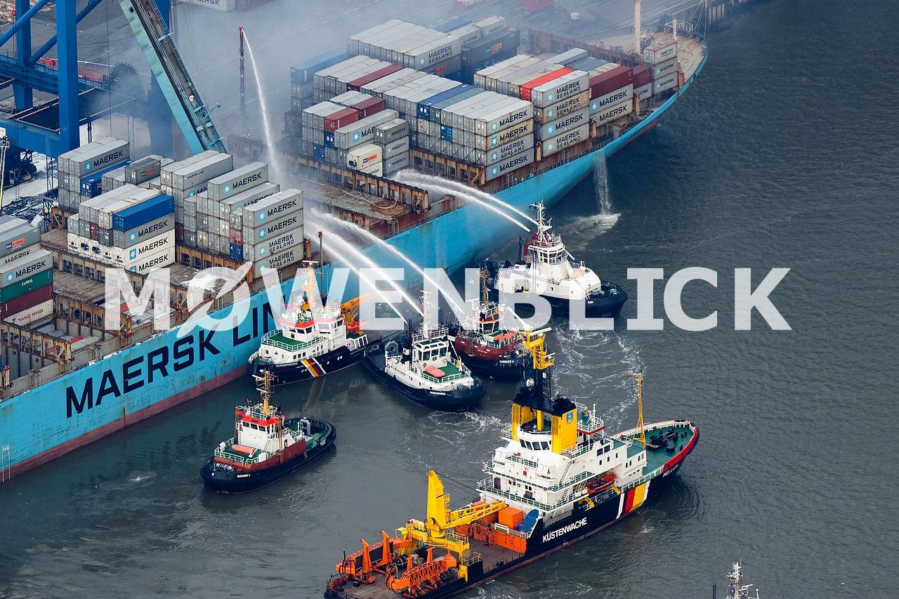 Maersk Schiff brennt in Bremerhaven  Luftbild