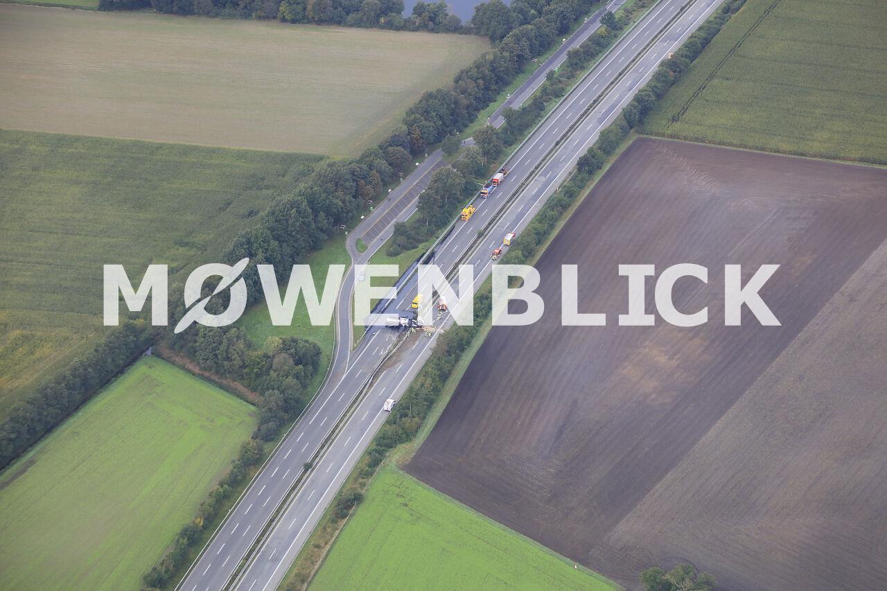 Lastwagenunfall auf der A 28 Luftbild