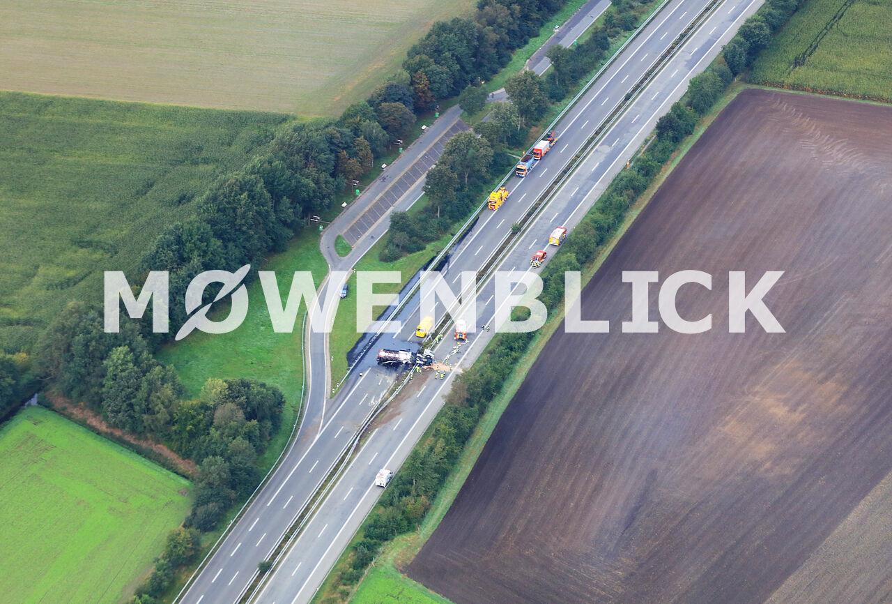 Bitumen läuft auf die Autobahn Luftbild