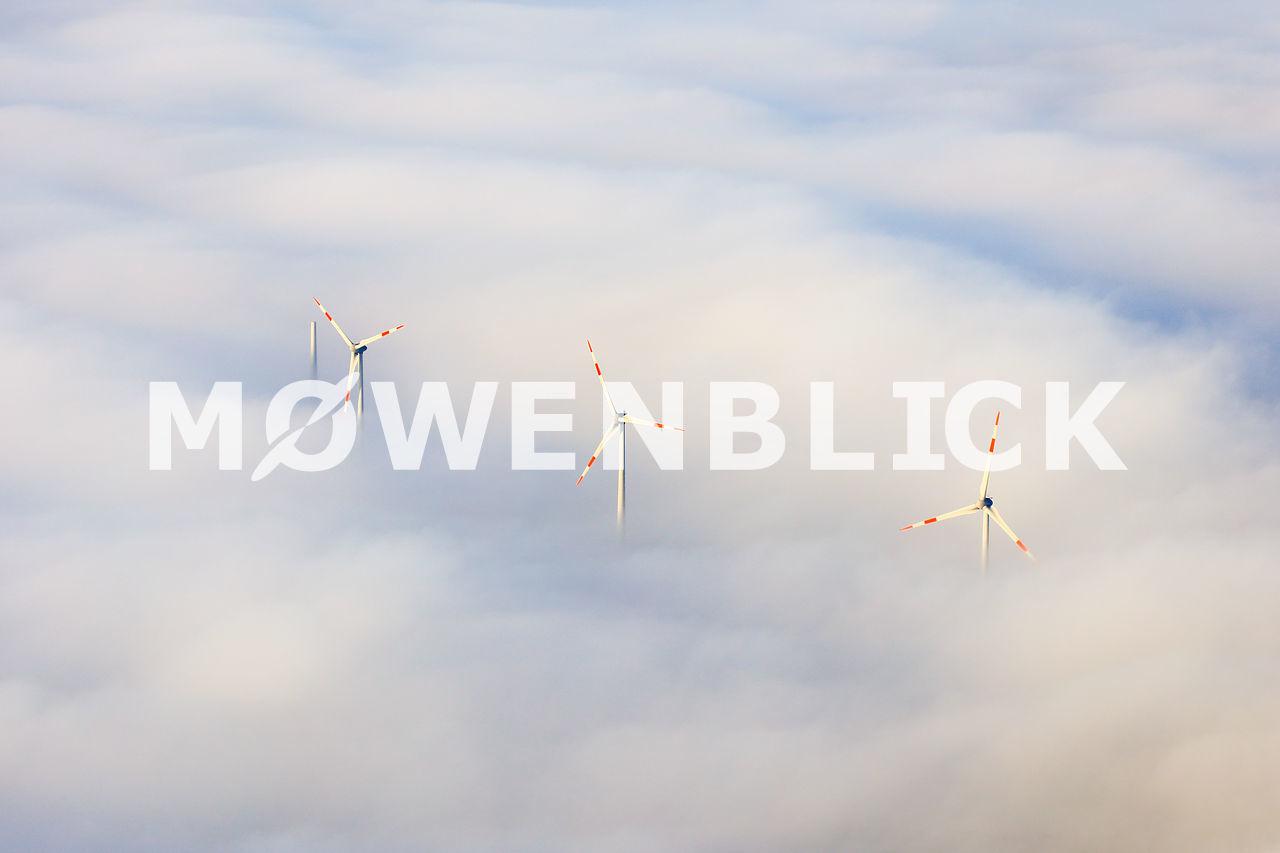 Windräder im Nebel Luftbild