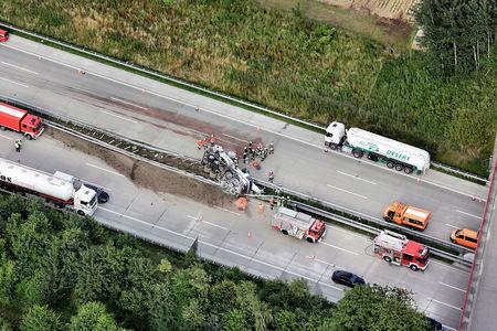 Luftaufnahme Unfall Autokran auf der Autobahn A1