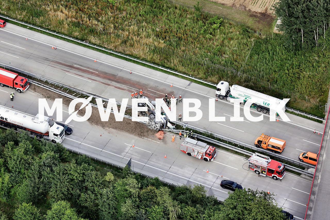 Unfall Autokran auf der Autobahn A1 Luftbild