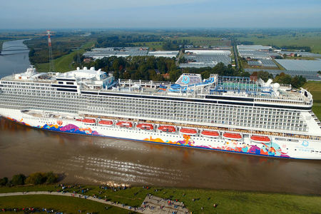 Kreuzfahrtschiff World Dream in Papenburg