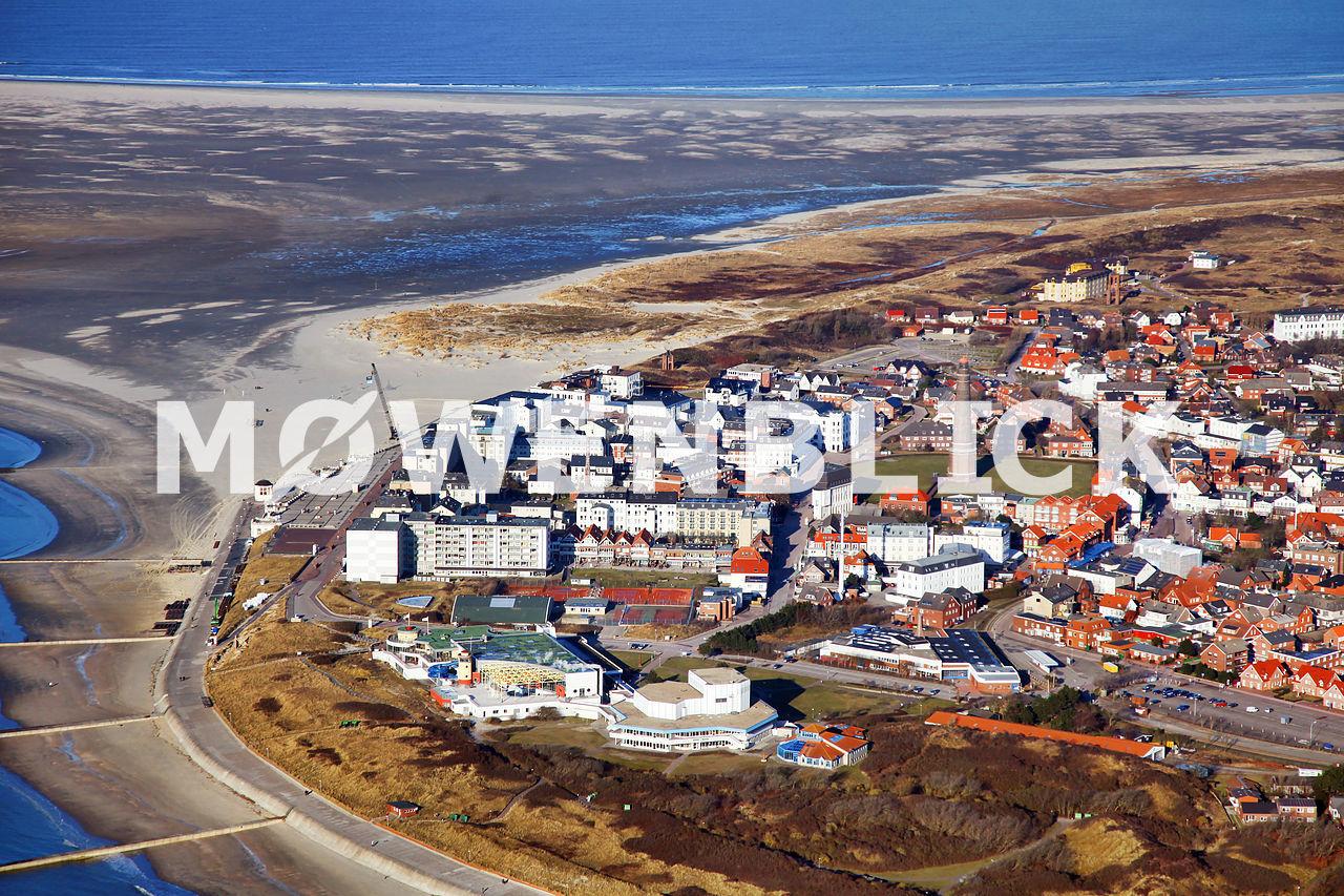 Badestrand mit Leuchtturm Luftbild