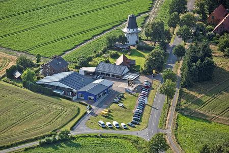 Luftaufnahme Autohaus und Windmühle