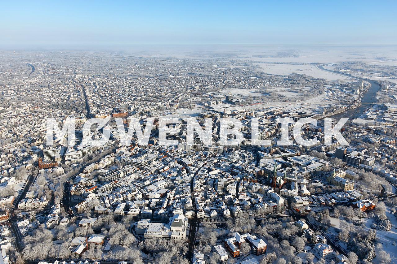 Stadtzentrum und Hafen im Winter Luftbild
