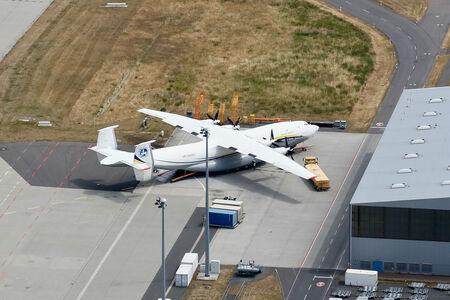 Luftaufnahme Weltgrößtes Propellerflugzeug Antonow AN-22