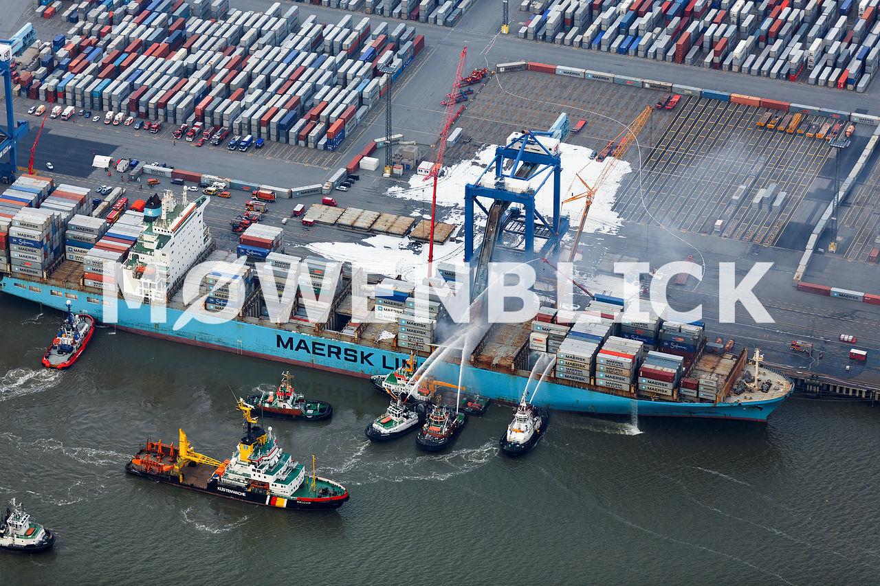 Maersk Karachi brennt in Bremerhaven Luftbild