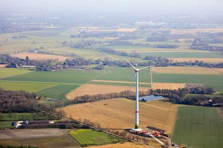 Luftaufnahme Windkraftanlagen am Flugplatz