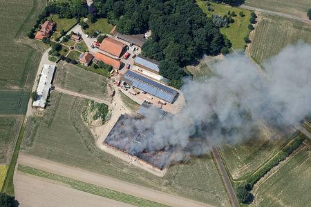 Luftaufnahme Neuer Schweinestall brennt