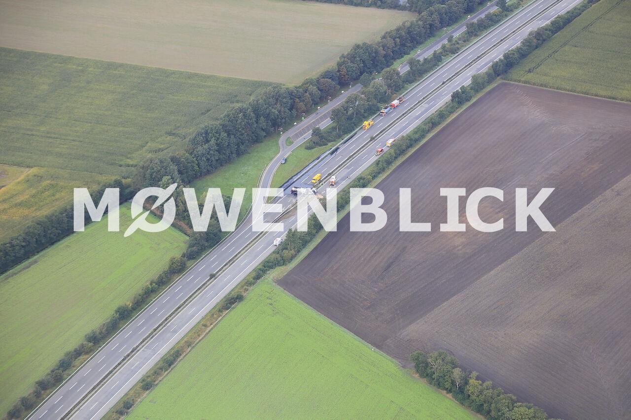 Lastwagenunfall auf der Autobahn A 28 zwischen Hude und Hatten Luftbild