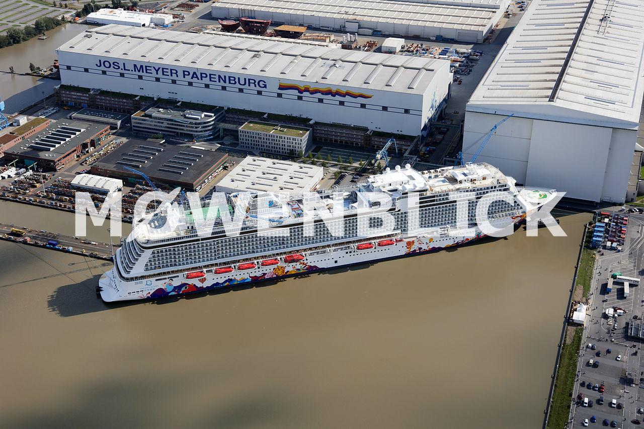 Kreuzfahrtschiff in der Meyer Werft Luftbild