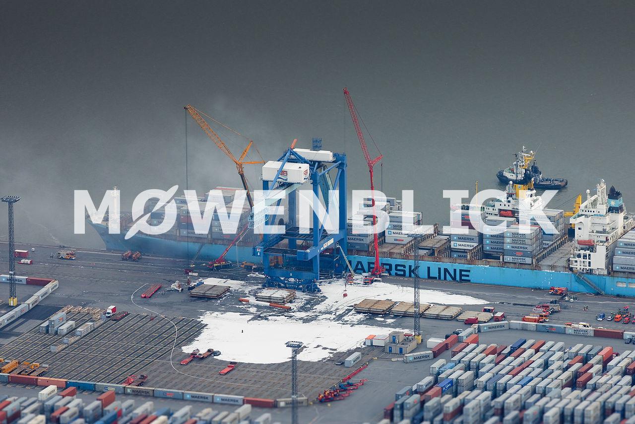 Schiff in Bremerhaven Feuer  Luftbild